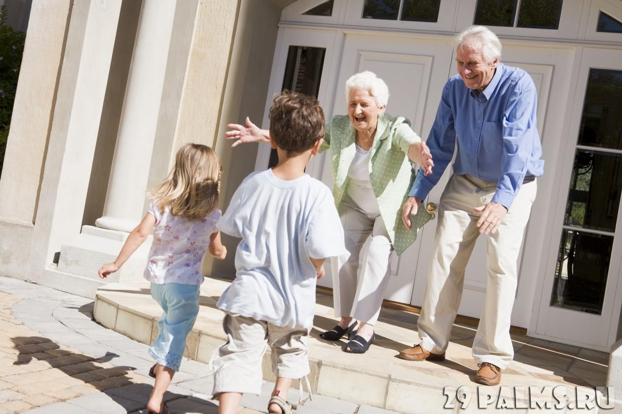 У меня такой вопрос: - Обязаны ли бабушки помогать нам растить детей?