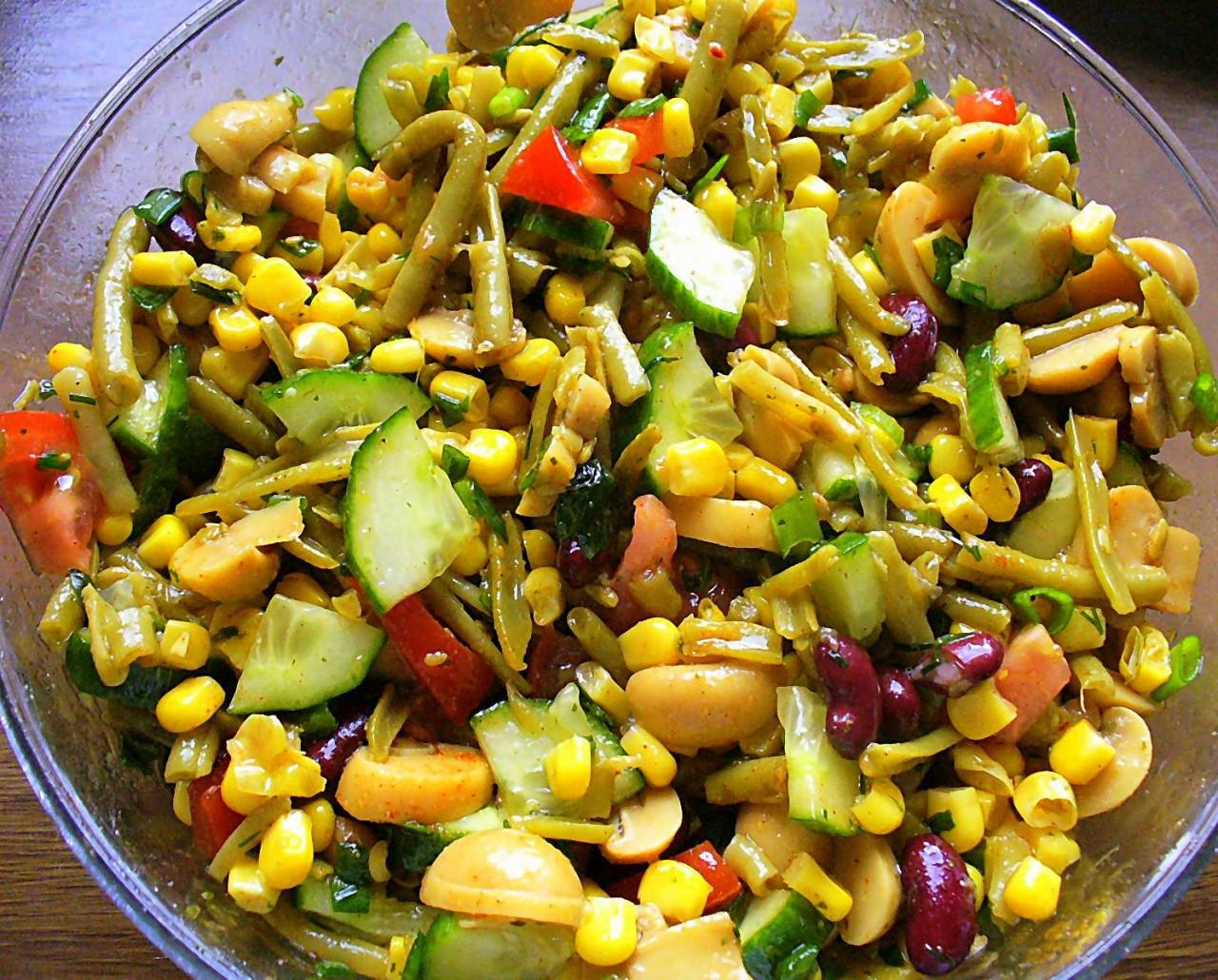 Салат из свежих и консервированных овощей.Фото -Рецепт Olga Dell
