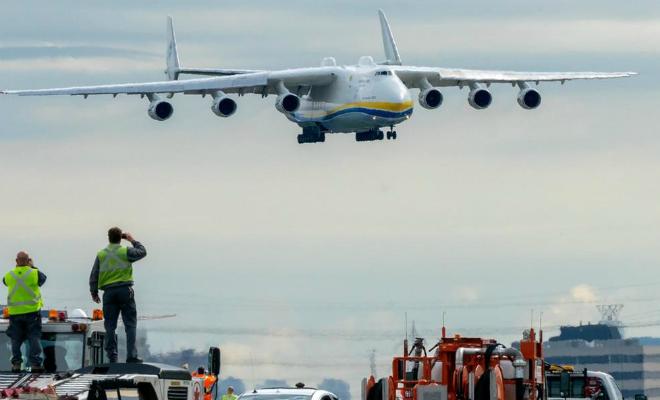 Взлет самого большого самолета в мире: Мрия заняла почти все взлетное поле Культура