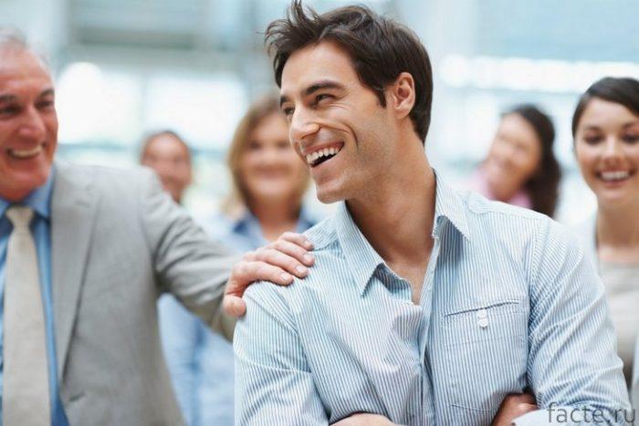 мужчина улыбается