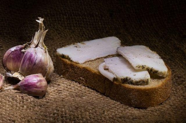 С чесноком и в луковой кожуре. Как вкусно засолить сало в домашних условиях