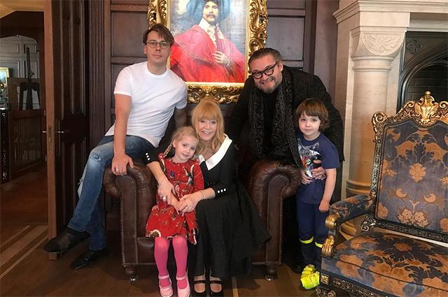 Пора в музей: Алла Пугачева подарила свои костюмы историку моды Александру Васильеву новости моды