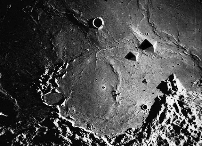 Вспышки, непонятные объекты и другие странности на поверхности Луны