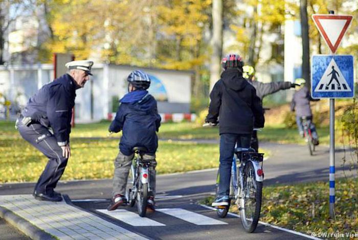 Обучение езде на велосипеде.  Фото: DochkiMateri.
