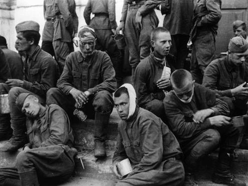 Военнопленных гитлеровцы уни…