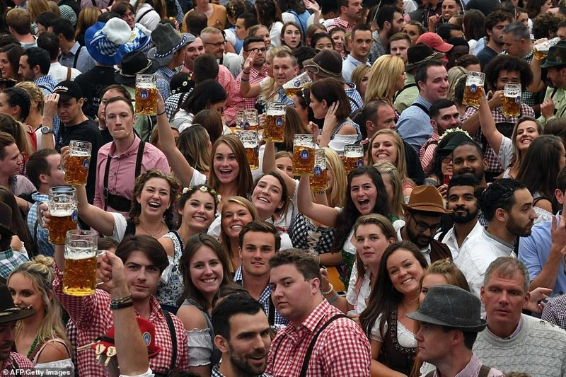 "Потому что ""Откупорено!"" ynews, бавария, гуляния, мюнхен, октоберфест, октоберфест 2018, пивной фестиваль, пиво"
