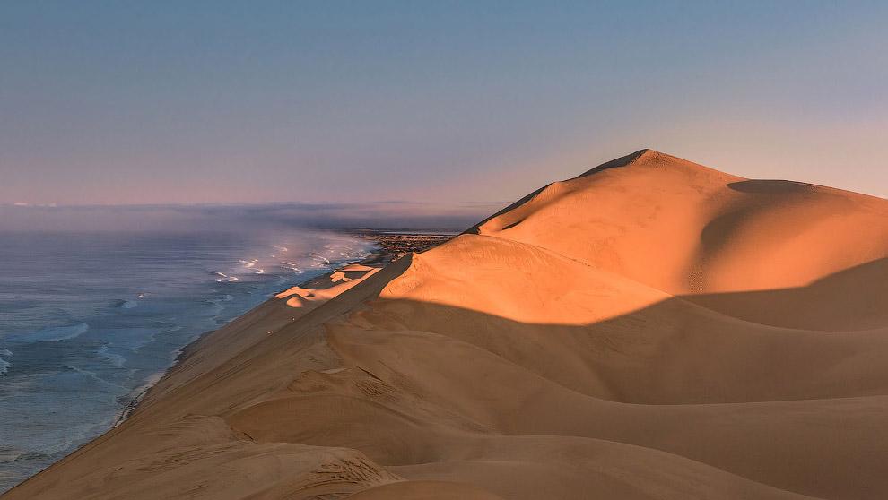 Дюны пустыни Намиб встречают волны Атлантического океана