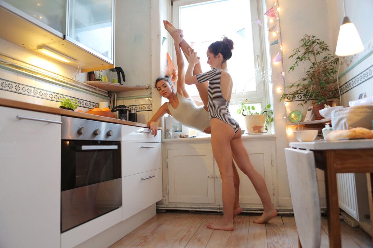 Кто любит ходить голой по квартире думаю