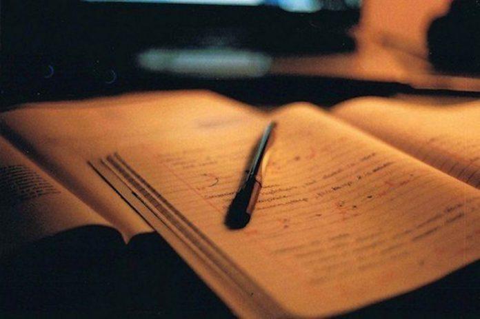 Отец писал письма моей маме после развода. Мама их мне не показывала. А потом я их нашла. И я жалею, что прочитала эти письма.