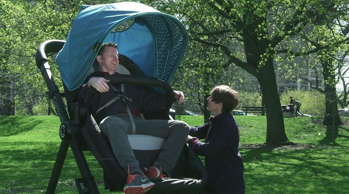 Родители были не против прокатиться на коляске!