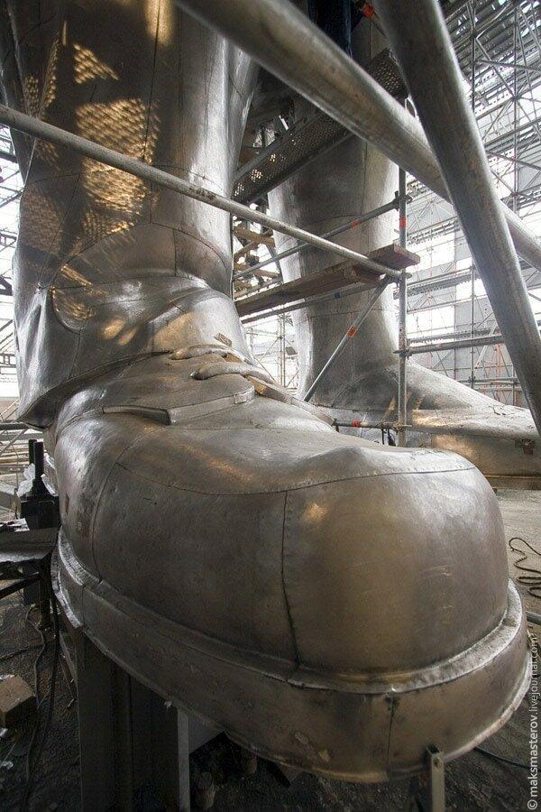 Нога рабочего Рабочий и колхозница, внутри, интересно, монумент, статуя