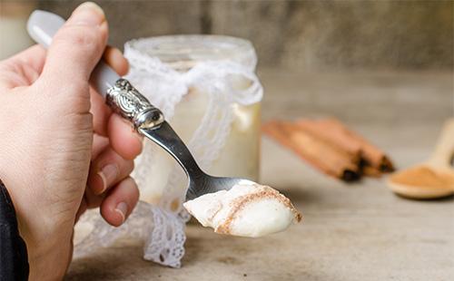 Йогурт с корицей в ложке