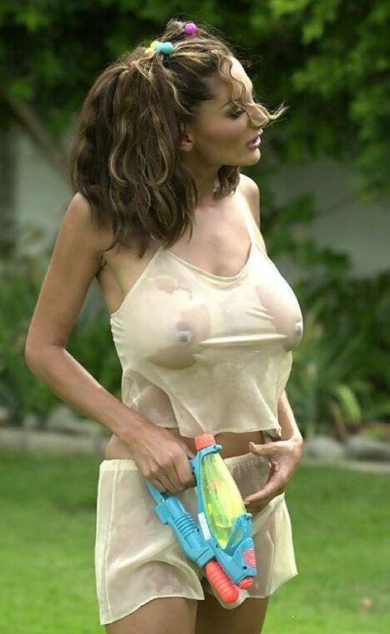 Как тетка прыгает в белой футболке без лифчика в дождь, правильные сиськи фото