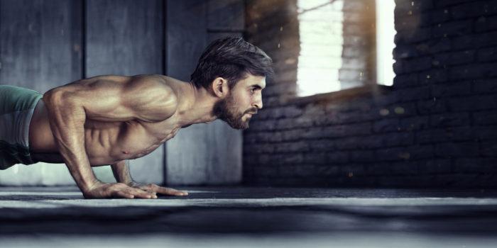 Вредные ошибки при отжиманиях: слишком широко поставили руки и получили проблемы вместо мускулов