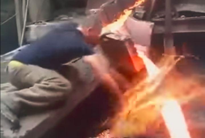 Челябинский сталевар помыл руку расплавленным металлом. Видео