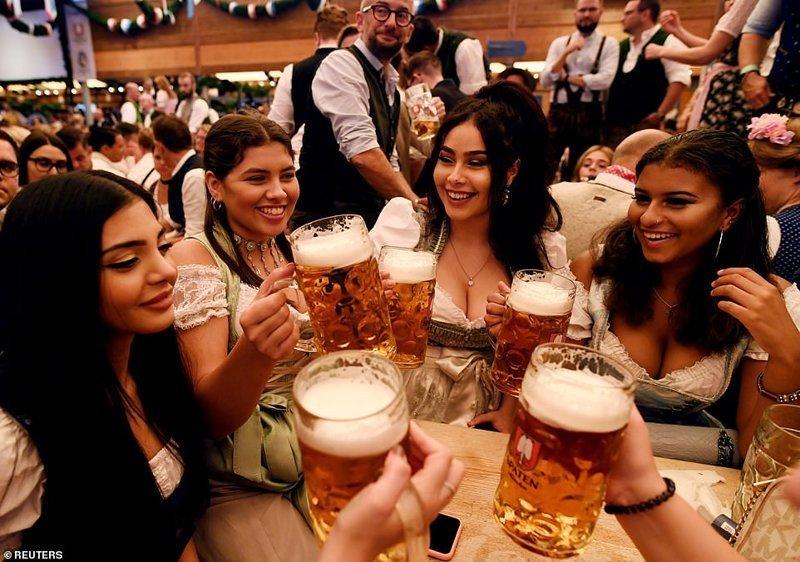 Цены на пиво в этом году опять выросли. Литровая кружка стоит до 11,50 евро ynews, бавария, гуляния, мюнхен, октоберфест, октоберфест 2018, пивной фестиваль, пиво