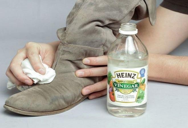 Выводим солевые пятна крепким раствором уксуса. / Фото: chistodoma.online