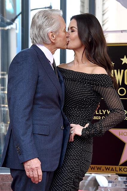 """Майкл Дуглас признался, что """"молодая невеста"""" Кэтрин Зета-Джонс дает ему стимул жить Звездные пары"""