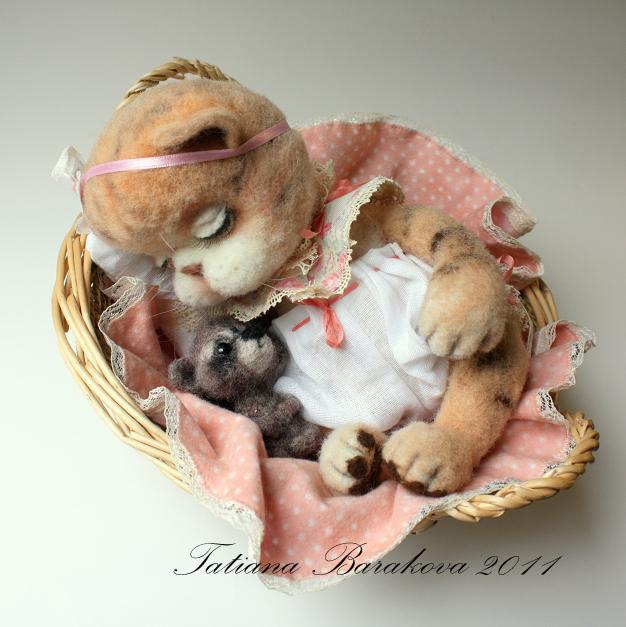 Войлочная кошечка с енотом. Фото