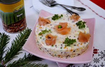 Салат с копченым лососем и чечевицей