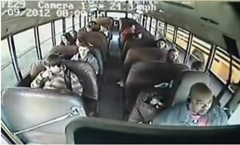 Водитель автобуса неожиданно потерял сознание. Но реакция школьника спасла весь класс