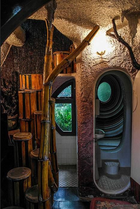 Необычный дом, похожий на сказочную «избушку». Фото
