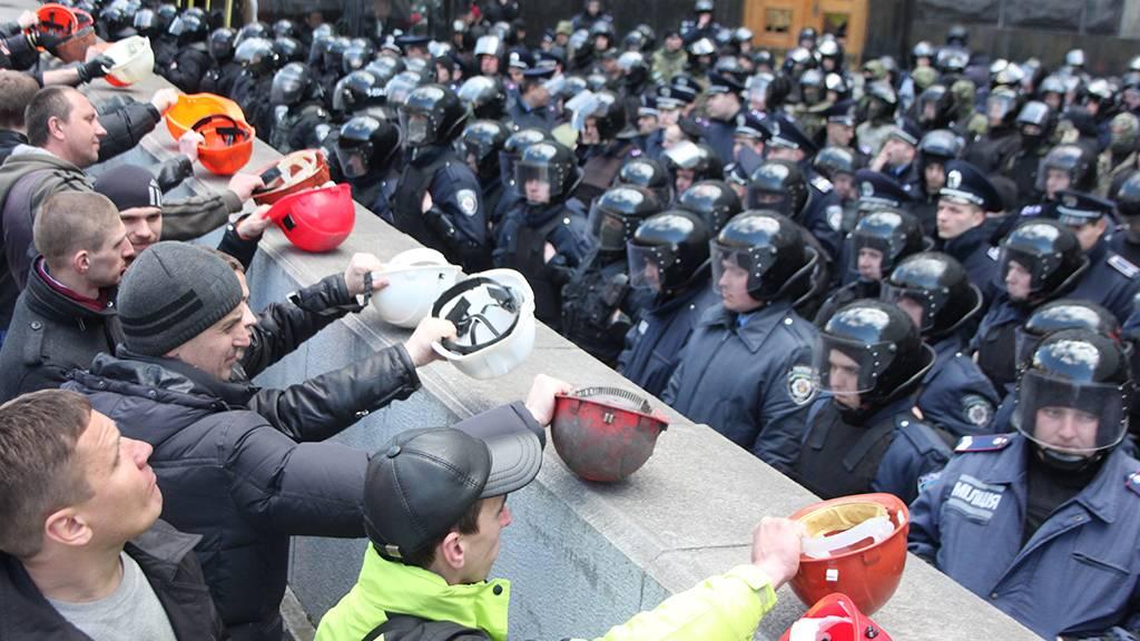 В Киеве шахтеры пошли в атак…
