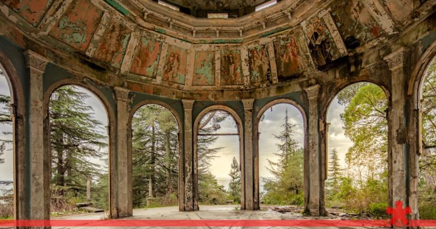 11 красивейших заброшенных домов Абхазии