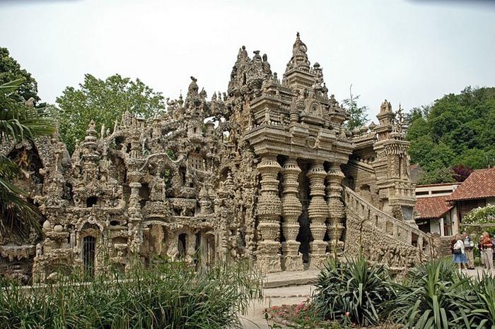 В оформлении замка переплелись всевозможные культуры и стили.