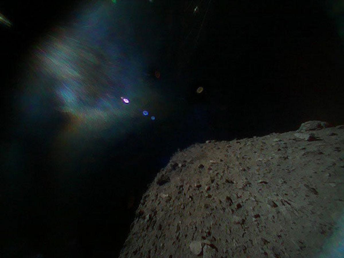 Зонд прислал первые снимки с поверхности астероида Рюгу