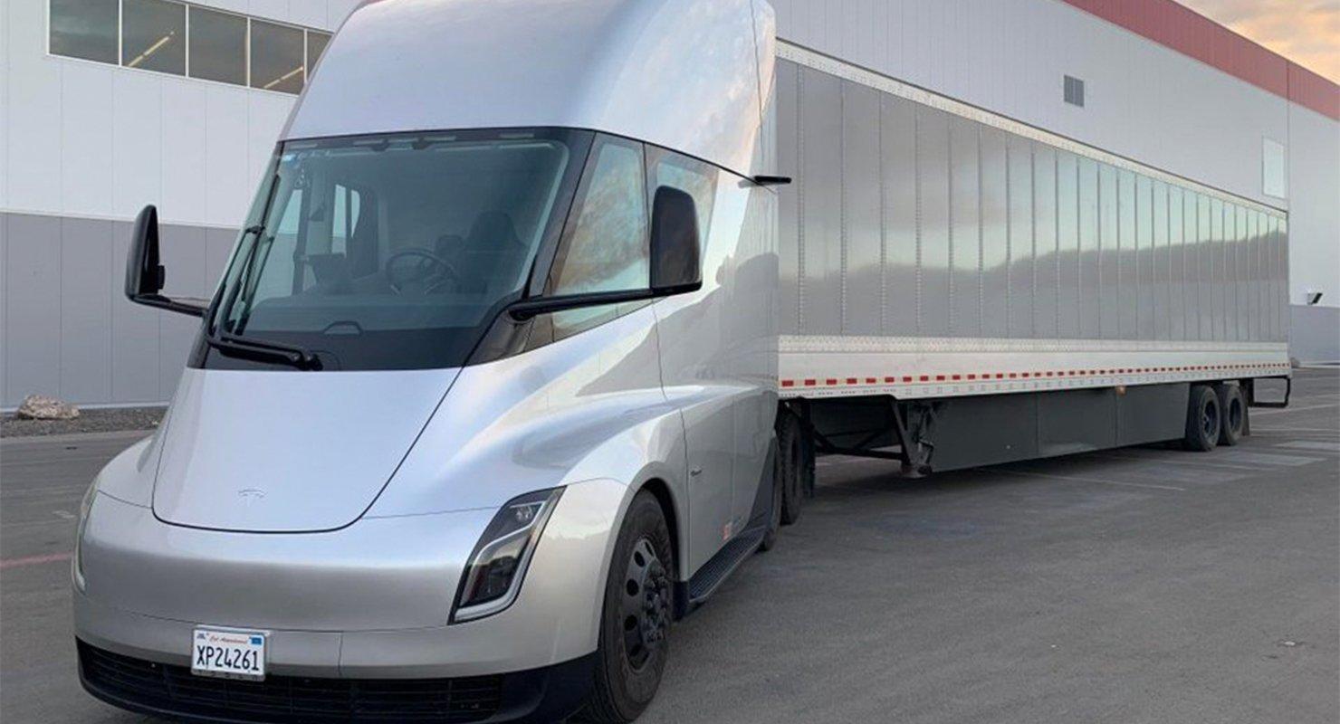 Tesla готовится к выпуску электрического грузовика Semi Автомобили