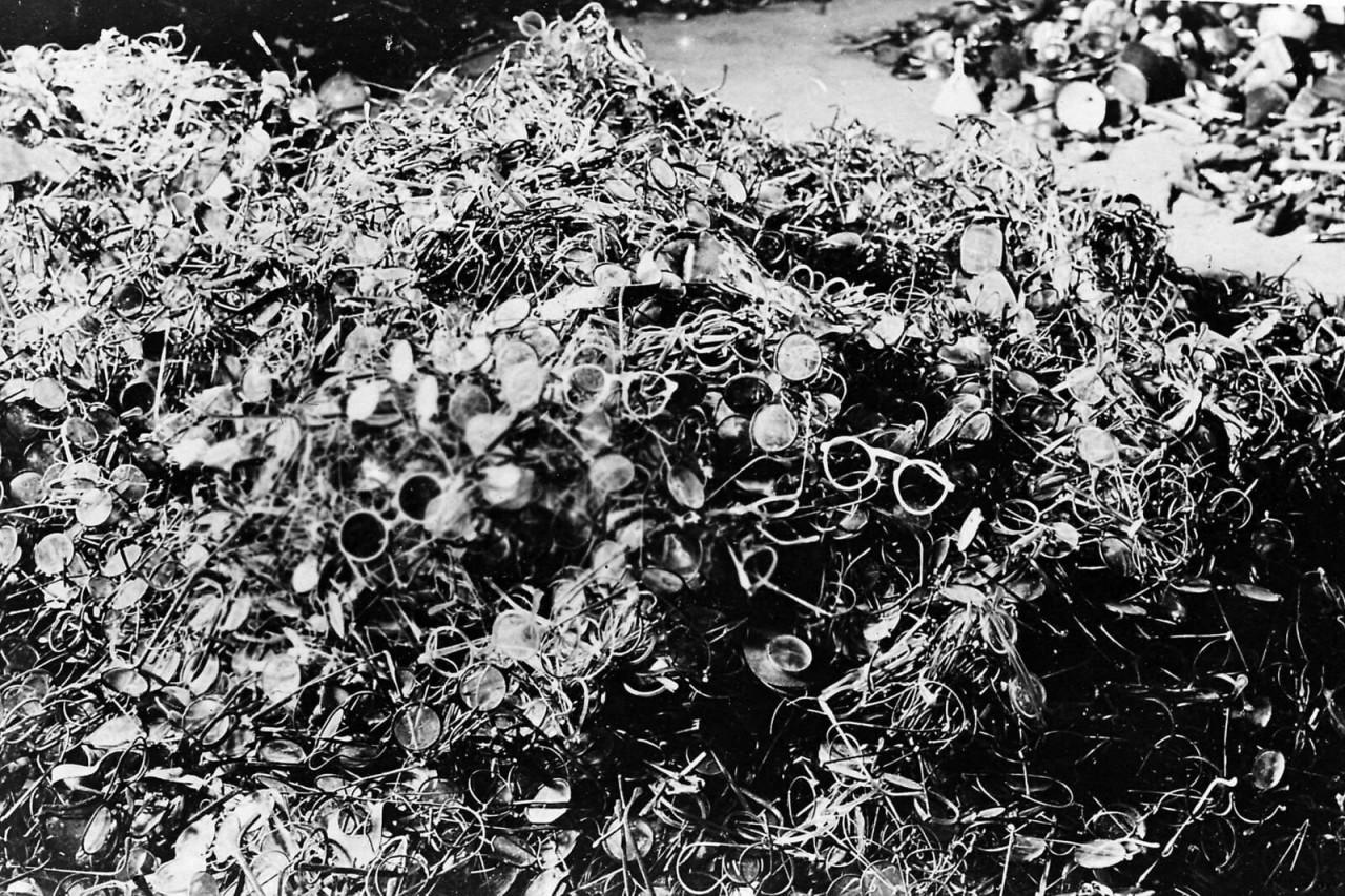 Очки убитых заключенных, 1940 год аушвиц, вторая мировая война, день памяти, конц.лагерь, концентрационный лагерь, освенцим, узники, холокост