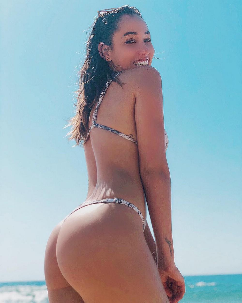 Лето, солнце, море, пляж и стройные девушки в бикини, что может быть лучше? девушки