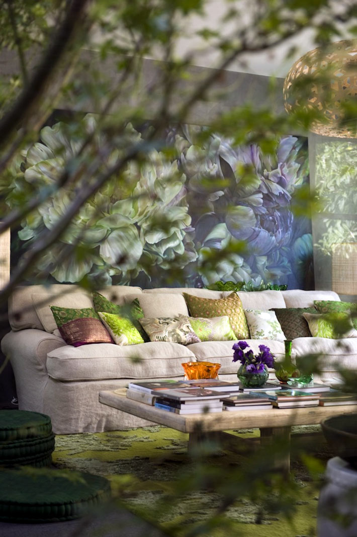 Большое количество флористических картин и живых цветов в доме фото