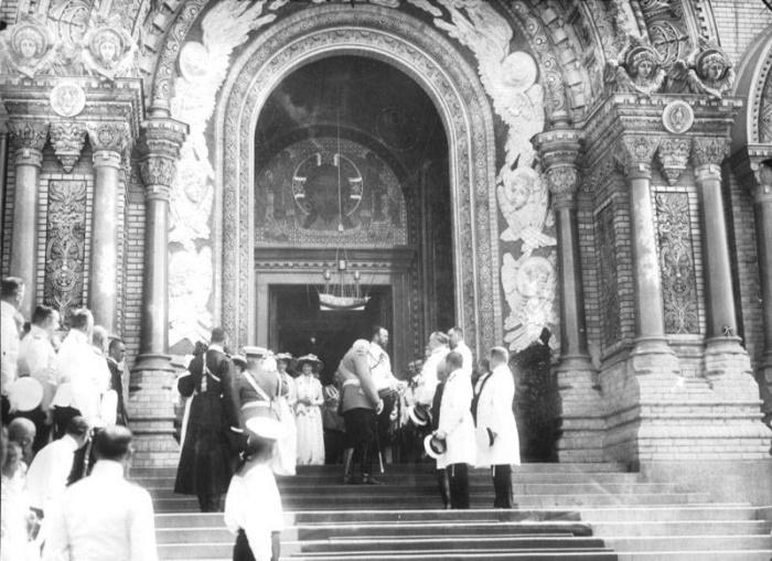 Император Николай II с офицерами русского флота на ступенях Кронштадтского Морского собора во имя Святителя Николая Чудотворца, начало ХХ века