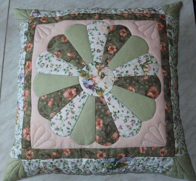 Что делать с обрезками ткани? Шьем подушку в в технике «Дрезденская тарелка» (МК)