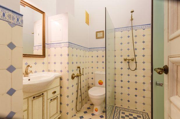 Классический Ванная комната by Rina