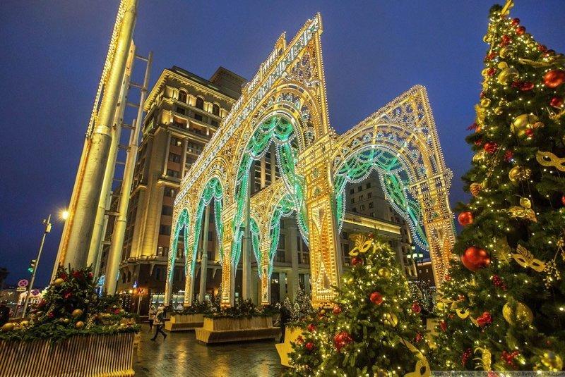 Помимо Сказочного леса, Манежную площадь украшает огромная световая арка, выполненная по мотивам здания Малого театра на Ордынке. красиво, красота, москва, новый год, праздник, рождество, столица, фотография