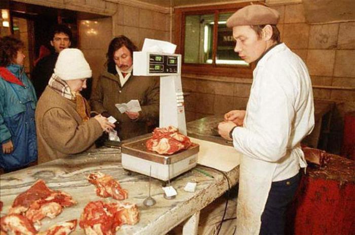 «Коммунизм – это когда каждый советский человек будет иметь знакомого мясника». «Блондинка за углом». /Фото: bigpicture.ru