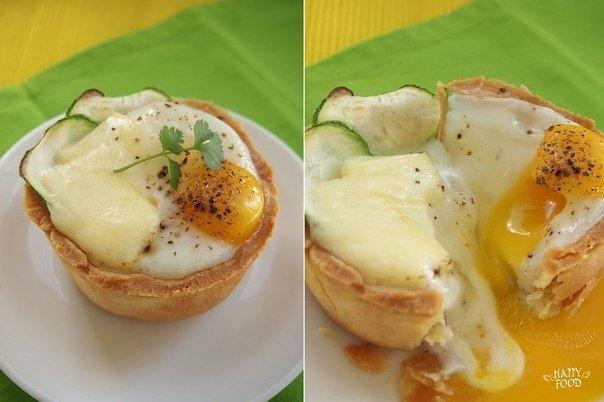Завтрак должен быть вкусным — яйца запеченные с сыром и цукини в песочной корзинке