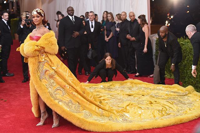 """Рианна вспомнила свой культовый образ на Met Gala в 2015 году: """"Я чувствовала себя клоуном"""" Звездный стиль"""