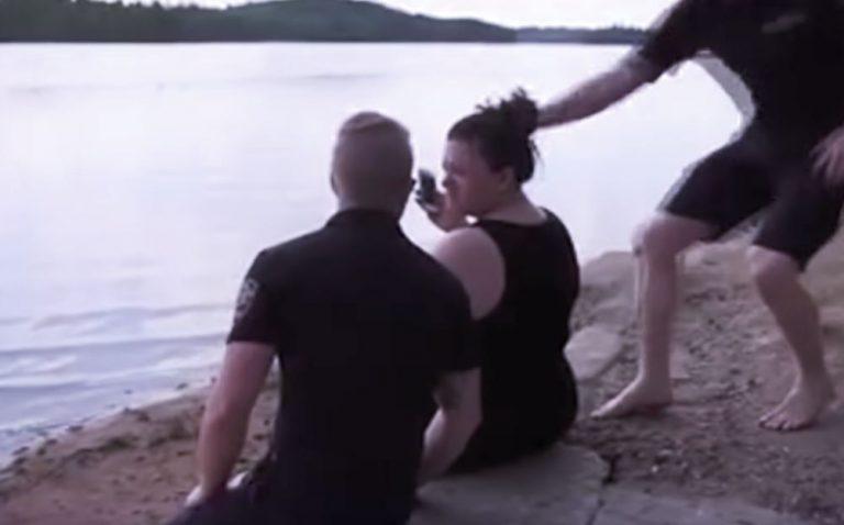 Два спасателя отобрали у отдыхающих на пляже мобильные телефоны отдых,отпуск