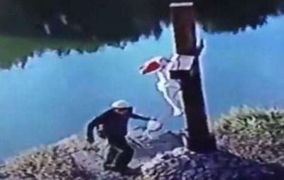 В Умани хасиды сожгли деревянный крест на берегу реки