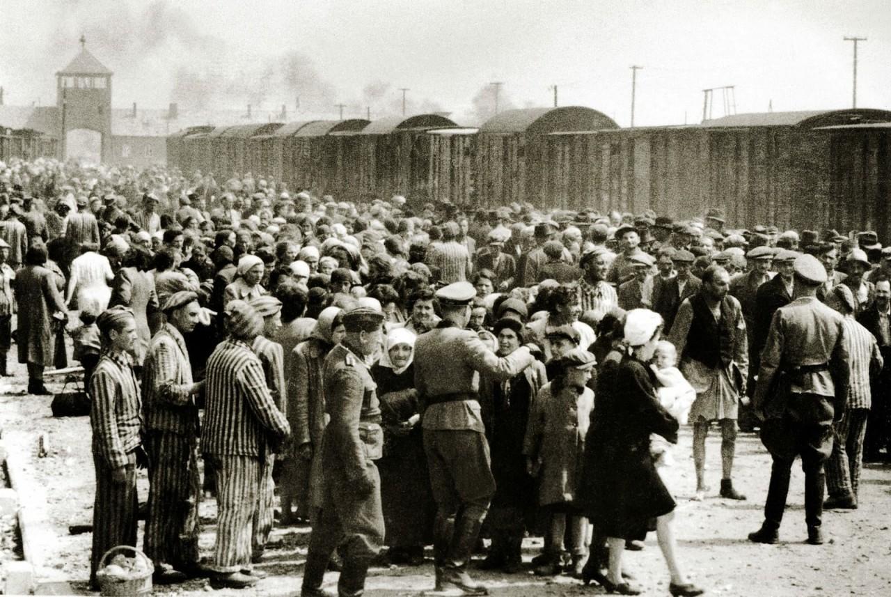 Прибытие венгерских евреев в Аушвиц-Биркенау, июнь 1944 года аушвиц, вторая мировая война, день памяти, конц.лагерь, концентрационный лагерь, освенцим, узники, холокост