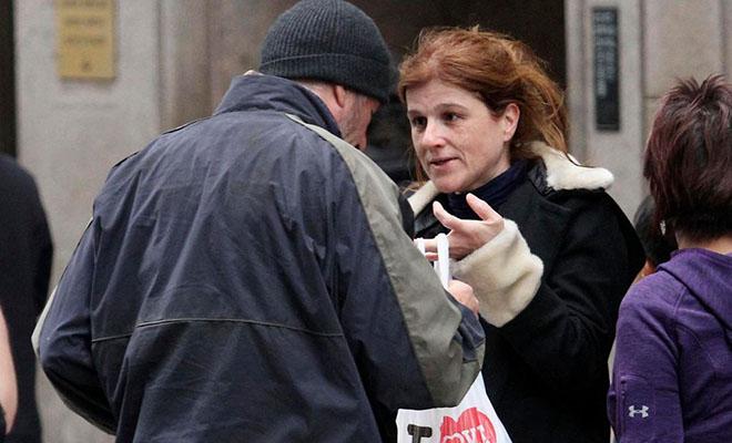 Женщина поделилась едой с нуждающимся на улице, а на следующий день узнала, что бездомным переоделся Ричард Гир