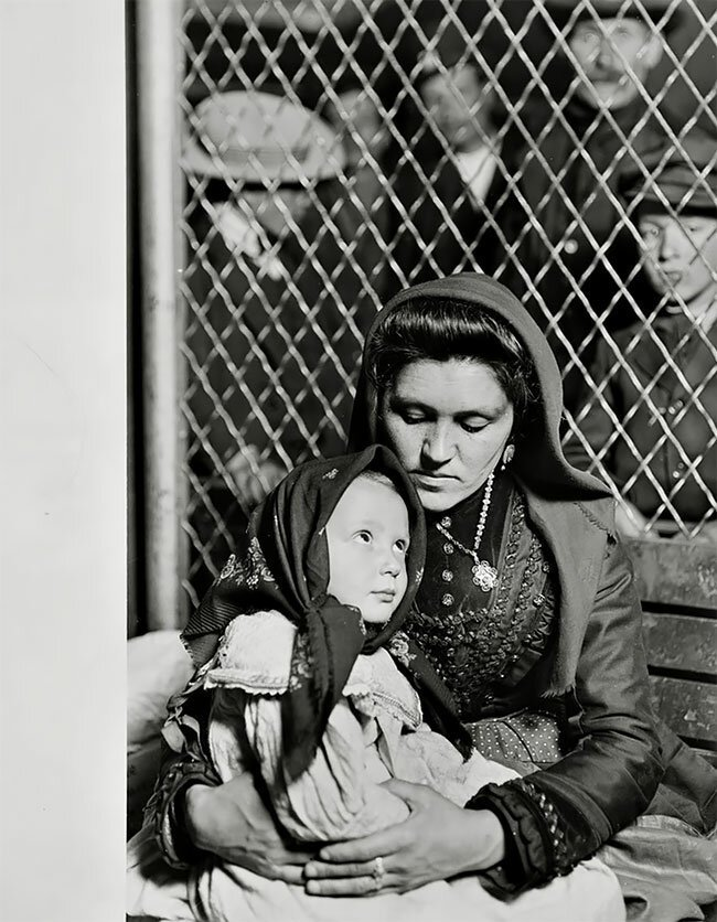 Итальянская семья на острове Эллис, США, 1905 интересно, исторические кадры, исторические фото, история, ретро фото, старые фото, фото