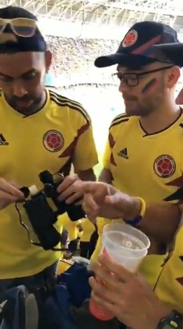 Подобным запрещенным приемом пользовались колумбийские болельщики на прошлогоднем чемпионате мира по футболу в России Челтнем, алкоголь, бинокль, великобритания, гонка, зритель, спорт, фляга
