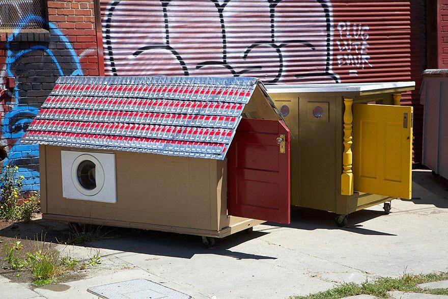 Мужчина строит передвижные дома для бездомных из… хлама