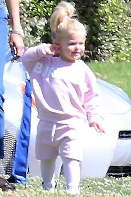 В перерывах между съемками: Ирина Шейк с дочерью Леей на прогулке в Лос-Анджелесе Звездные дети