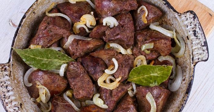 Вкусная куриная печень с луком и беконом в фольге